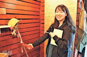 學生作品《陪伴者》以頭盔、一根棍及手套製成,創作者希望用家可 . . . . . . (圖:何思諾)
