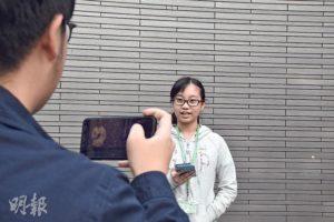 完成採訪後,有校記擔任「主播」報道新聞,其他組員則以手機錄下影片。