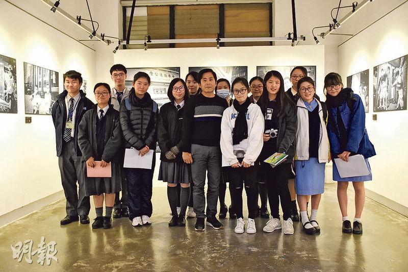 攝影藝術家謝至德(前排右五)親自為其攝影展覽《萬念.叢生》導賞後,接受校記採訪並合照留念。