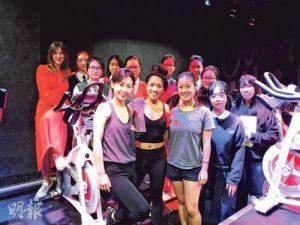 一眾校園記者到訪社企One Ten舉辦的運動課程,採訪由課程總監與學員示範的室內健身單車課程,並細聽創辦人Belinda(後排左一)分享社企背後的使命與困難。(圖:李嘉鈴)