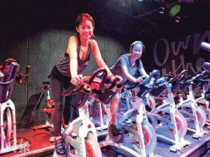學員Unique(左)和Charlotte(右)不約而同表示,社企One Ten的運動課程不止讓她們鍛煉身體,更提供結交朋友的機會,兩人也因此成為好伙伴,在生活上互相支持。(圖:李嘉鈴)