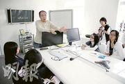 視覺特效導演Bryan(中),向校記講解以電腦動畫製作「7仔」的原理。