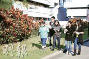 「菜園村居民」(左)邊走邊罵,校記亦步亦趨,提出不少尖銳問題。