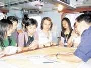 教官楊Sir(右一)教校記看航海圖。