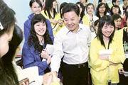 外交部駐港特派員呂新華(前排右二)親切地與校記握手。