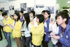 校記專注地參觀中國外交圖片展覽及做筆記。
