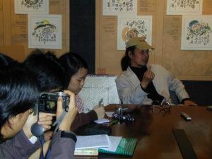 訪問期間,校記除了仔細筆錄外,亦拍下阿虫說話時的表情及神態。