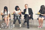 平等機會委員會主席林煥光(右二)為校記持咪,細心聆聽問題。林煥光教導校記,不論外表、種族、性別、能力,均要尊重別人,不要非人化,「尊重!緊記這兩個字!(即使)有成見也好,行動亦要表現尊重,這樣才能建立社會的正能量」。