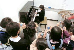 當攝記請Colleen坐到鋼琴前拍照時,校記亦爭取機會捕捉精彩片段,鎂光燈閃個不停。Colleen即興彈奏一小段樂曲,讓校記「大飽耳福」,掀起訪問另一高潮。