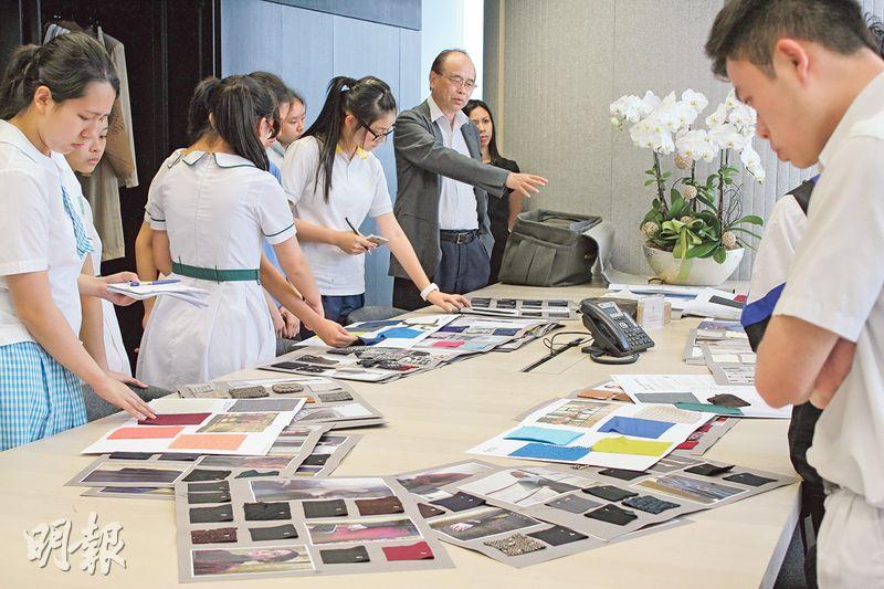 國際羊毛局地域經理黎錦祺(中間灰衫者)向校記解釋羊毛創意資源中心的角色,並介紹羊毛時裝設計樣辦,令校記大開眼界!