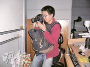 訪問後,黃仁龍(右)主動與校記攀談,詢問校記對禁毒常務委員會工作及對青少年吸毒的意見,非常親民。
