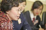鄭汝樺與20多名校園記者分享工作苦與樂,她表示自己每做一件事,也會考慮大眾和長遠的利益。