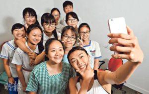 楊文蔚表示很喜歡與中學生聊天,對他們分外親切,並在訪問結束後與校記自拍。