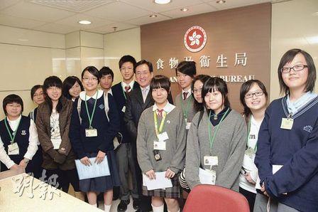 蔡曉慧(前排中)在訪問結束後跟出席活動的校記大合照,校記都表示從她身上學到很多。(陳業輝攝)
