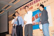 看三名自己親手推薦成為校記的學生高過自己,但想到他們均有不錯的表現,相信香港華仁書院的黃仲輝老師(右一)亦不會介意吧﹗
