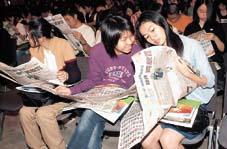 新一屆校記「芳容」已刊登在《明報》的跨版特輯中,同學急不及待尋找自己的「蹤」
