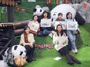 在藝術家鄭嘉恩(前排左一)指導下,校記糅合中西技術完成熊貓水墨畫作。