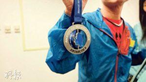 星之約會上,Gary帶來他在南極100公里超級馬拉松賽中得到的獎牌。
