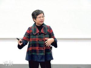 梁麗娟(左)回應校記提問大眾傳媒會否消失時,表示不同類型的媒體各有其定位及社會功能,兩者可以並行不悖。(圖:譚舒雅、鄒靖儀)
