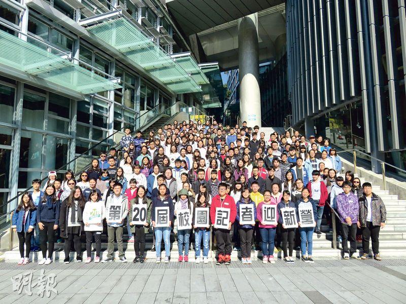 獲香港世界宣明會協助的柬埔寨家庭學懂種植蘿蔔,生活得以改善,麻利亞(後排右)認為這才是「可持續發展」,後排左為周國賢。