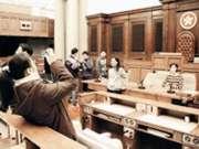 立法會公共資訊高級主任彭潔玲(站立者)正在向校園記者解釋會議廳內的設施。