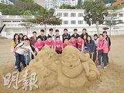 DesignBy...Sand Sculpture Team早前堆出聖誕沙雕作品「Santa On The Beach」,6名隊員(前排粉紅色衫者,左起)Kinson、Jay、Alex、Chris、Oliver及Roy接受一眾校記訪問,分享堆沙心得。