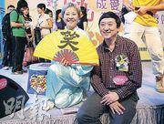 SARS康復者吳志敏(左)說﹕「每日笑一笑,每人都有燦爛人生。」,右為香港中文大學醫學院副院長兼內科及藥物治療學系系主任沈祖堯醫生,他寄語市民積極面對未來,為國家社會作出貢獻。(校記朱遠婷攝)