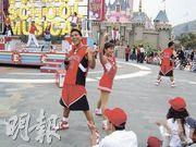 演出者穿上美國高中校服以及野貓籃球隊、棒球隊及啦啦隊服裝載歌載舞,令在場賓客熱血沸騰。(校記方峻汶攝)