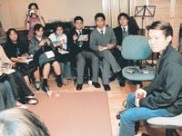今年第一次「星之約會」,16名明報校記以英語訪問運輸署長霍文(後排右三)。