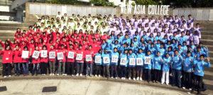 200多名穿上不同顏色風褸的校記,在中大新亞書院大合照,見證這難忘的一天。