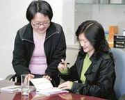 訪問完結後,不少校記即時變身忠實讀者,拿出多本君比著作,向她索取簽名。
