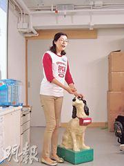 趙明明示範如何接觸陌生的狗。首先問准主人,並了解可以觸摸哪裏,然後才伸拳給牠嗅,以保障自己,免被咬傷。