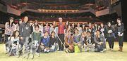 羅家英(中)英姿颯颯,與一眾校記合照。訪問後,家英哥便要在同一個舞台上演出《劇藝縱橫五十秋》。前排左一為家英哥契女李沛妍,左二為粵劇戲台總裁李奇峰。