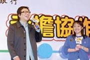 恒生盃得主左穎璇(右)在活動當天沒機會向金培達提問,在頒獎禮上終可與金對談。