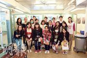 香港愛護動物協會教育部經理趙明明(後排右一)表示,領養中心狗舍裏有不少狗是遭拋棄或受虐,對人缺乏信任,故見到校記到來便紛紛吠叫,合照時也不例外。