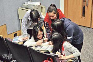 「呢句有用呀!」校記在現場提供的報章查找有用資料。