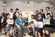 兩代動畫師林紀陶和吳啟安(前排左二、左三)與校記們大談創作心得。林紀陶更於訪問中展示他從事動畫30多年的作品。
