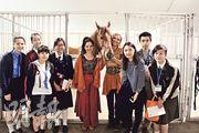 校記參觀馬戲棚的馬廄,並與Cavalia的馬明星Ole(中)、表演員Katie(馬旁金髮者)和Jennifer(馬旁黑髮者)合照。