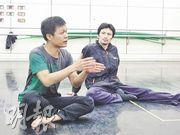 導師杜依琪(左)形容資深會員許泊(右)是「摩打手」,陶泥在他手中很快便成形。