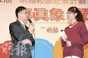「全年最佳寫作大獎——恒生盃」得獎者楊希雯(右)即席與她得獎作品中的主角吳家榮醫生對談,一嘗數分鐘當「主持」的滋味。