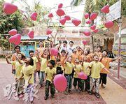 在街童中心裏,孩子們和兩位「饑饉之星」一起放心形氣球,寓意「全城饑饉全城愛」。