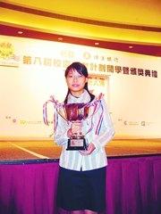 「校記」皇仁舊生會中學中五學生金玲彤一年投稿14篇,憑努力和源源不絕的「新聞靈感」,贏得全年最佳寫作大獎——恒生盃。