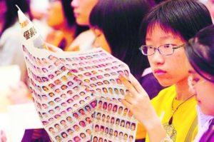 應屆校記急不及待翻閱《明報》為校記開學禮特製的專版,尋找自己與同學的「大頭照」。