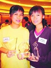 聖公會莫壽增會督中學的吳蔓瑜(左)和陳婉詩(右)各得一獎,連同「最積極參與學校」獎項,共得3個獎項。