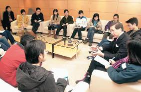校記專心聆聽李國章的回應。