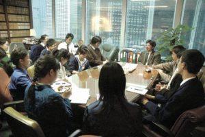 16名校記到訪湯家驊的律師樓,了解這位大律師兼立法會議員對社會問題的看法,亦分享他的讀書心得。(圖︰梁細權)