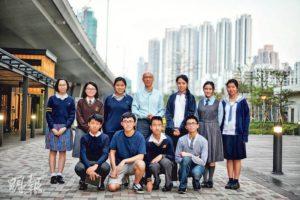 環境局長黃錦星(後排中)與一眾校記討論香港不同範疇的環保議題,他鼓勵校記要保持好奇心,事事求真,並希望透過今次互動令大家了解更多事情的真實面貌。