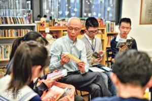 黃錦星向校記派發小冊子,講解政府現行環保政策。