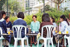 特首林鄭月娥跟校記圍坐訪談,氣氛輕鬆,話題廣泛,包括教育、醫療、環保、創科、房屋、扶貧等。(圖:郭慶輝)