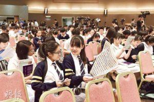 校記們在典禮開始前翻開開學禮專版,尋找自己的「大頭照」。